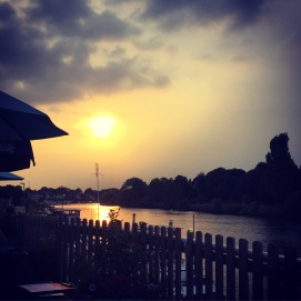 Having a bite to eat by the river. The sun is setting. Early night tonight ready for the @handmadefair tomorrow. #sunset #surbiton #thamesdittonmarina